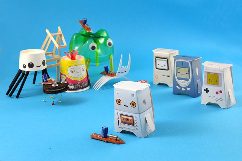 Robots hechos de papel y cartón